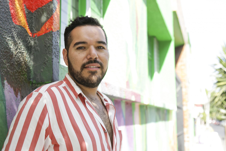 Juan Roberto Hernández Villalobos, licenciado en Comunicación Pública del CUCSH, posando para toma de fotografía.