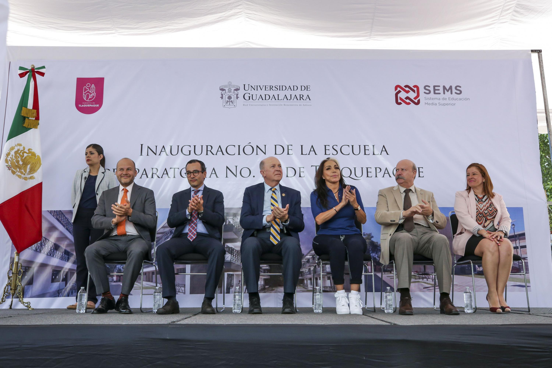 Autoridades de la UdeG y autoridades municipales inaugurando la preparatoria 22 en el centro de San Pedro Tlaquepaque