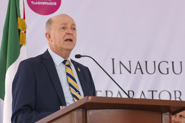Rector General, doctor Miguel Ángel Navarro Navarro, hablando frente al micrófono durante la inauguración de la preparatoria 22