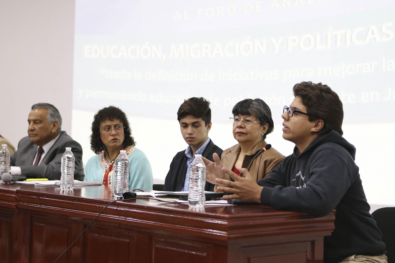 La Coordinadora del Programa de Educación Binacional de la Secretaría de Educación Jalisco, maestra Ofelia García Ocampo hablando desde el presidium