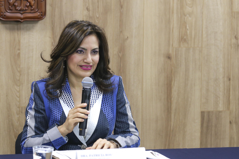 doctora Patricia Rosas Chávez hablando al microfono en la rueda de prensa