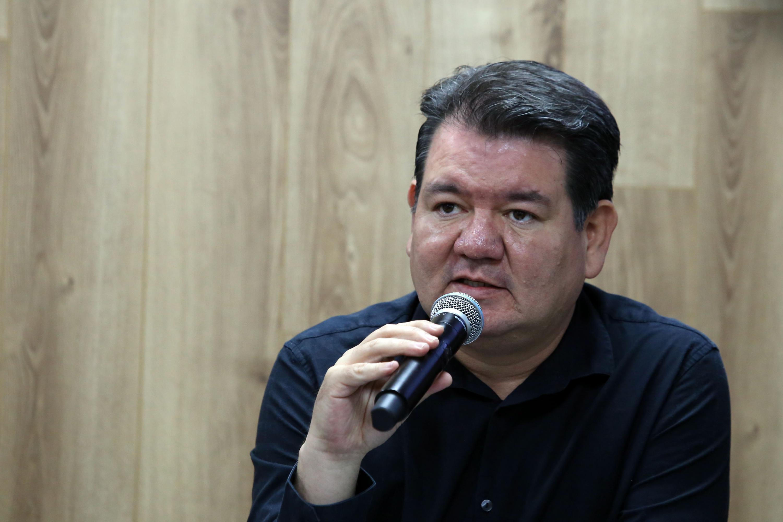 Maestro Jorge Ignacio Rosas, Coordinador de Investigación del Centro Universitario del Norte (CUNorte), con micrófono en mano haciendo uso de la voz.