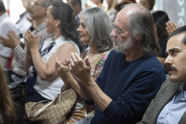 Publico presente aplaudiendo en la presentación del libro Atrios de Silvia Eugenia Castillero