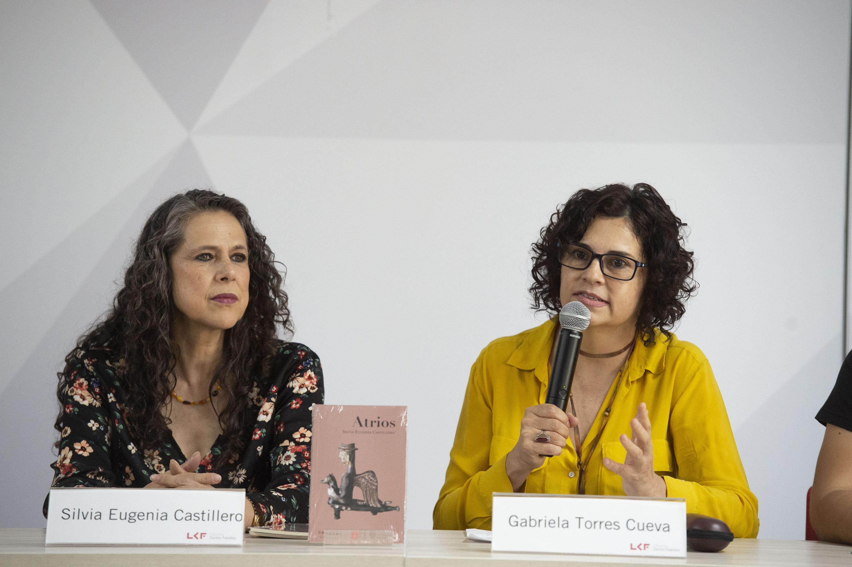 Gabriela Torres Cuerva hablo desde  desde la mesa de presentacion del libro de poemas