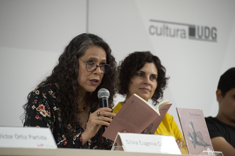 Silvia Eugenia Castillero leyendo en voz alta uno de los poemas del libro Atrios
