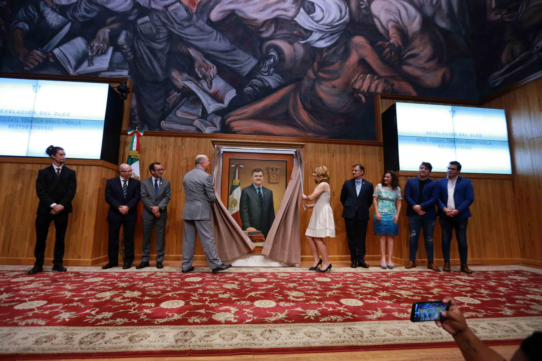 Autoridades de la Universidad de Guadalajara, amigos y familiares del maestro Itzcóatl Tonatiuh Bravo Padilla, participando en  la develación de su retrato al óleo.