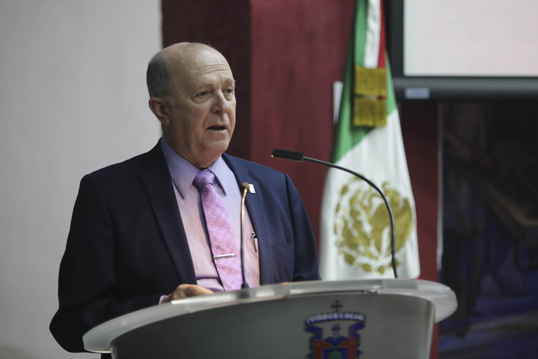 El Rector General de la UdeG, doctor Miguel Ángel Navarro Navarro, haciendo uso de la palabra.