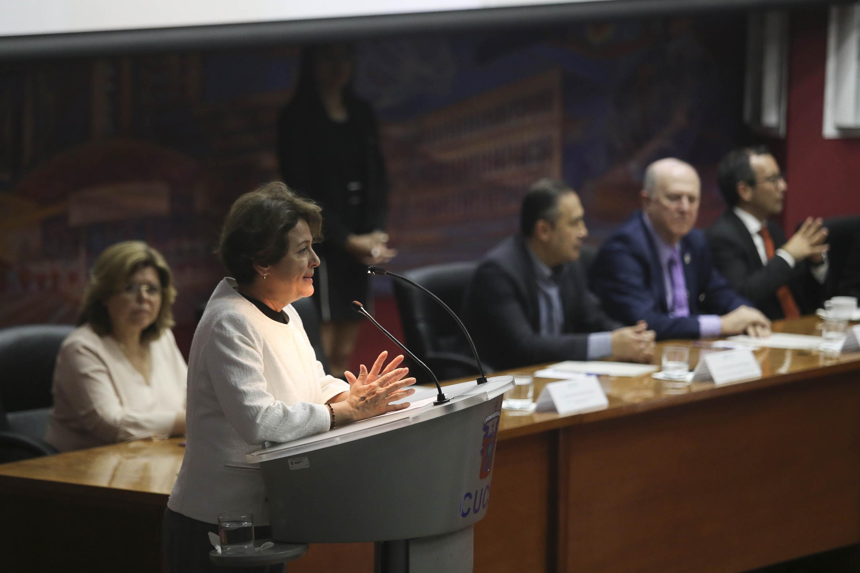 La Directora General de Innovación y Desarrollo Empresarial Social, de la Secretaría de Innovación, Ciencia  y Tecnología  de Jalisco, maestra Margarita María Solís Hernández, frente al micrófono.