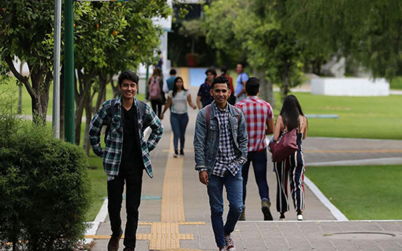 Estudiantes caminando por un pasillo del centro universitario de la Universidad de Guadalajara