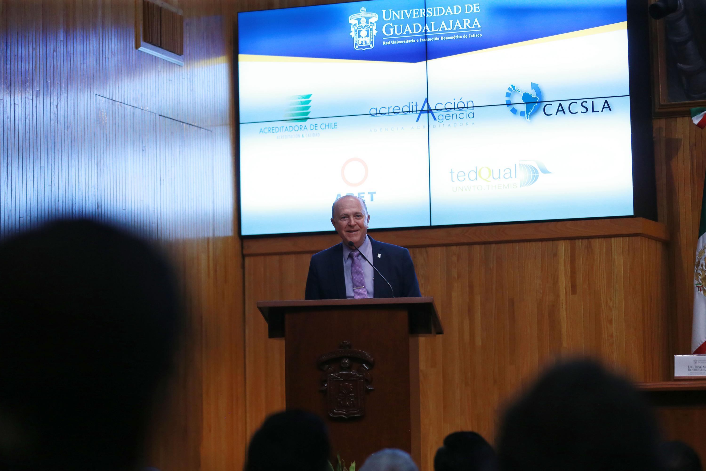 Rector General de la Universidad de Guadalajara, doctor Miguel Ángel Navarro Navarro en uso de la palabra
