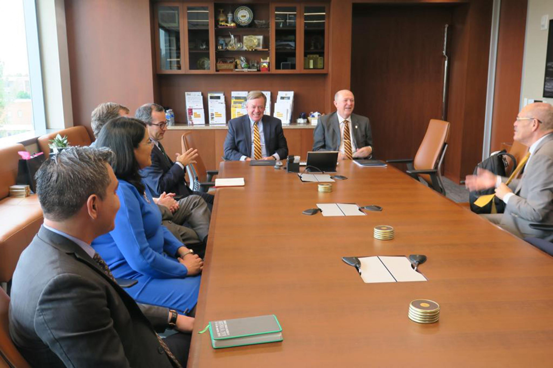 Autoridades de la universidad de Guadalajara (UdeG) y de la Universidad Estatal de Arizona (ASU) en la firma de convenio