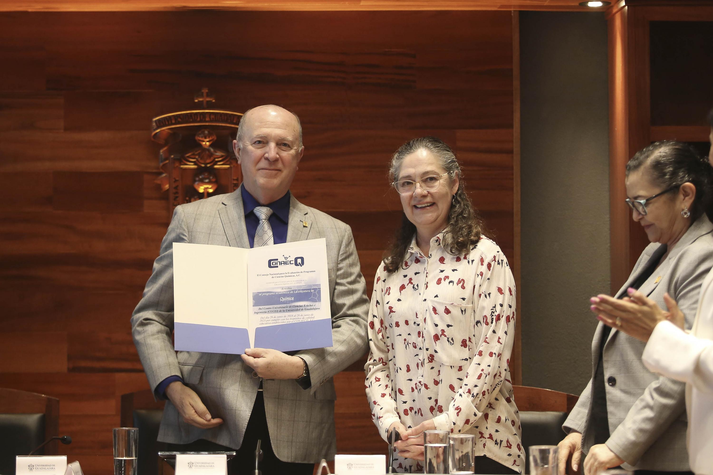 Rector General de la Universidad de Guadalajara (UdeG), doctor Miguel Ángel Navarro Navarro, mostrando acreditación