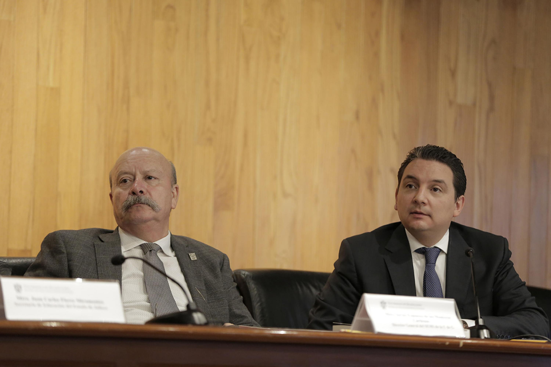 El maestro Javier Espinoza de los Monteros Cárdenas, director general del SEMS y el maestro Alejandro Luthe Ríos, subsecretario de Educación Media Superior de la Secretaría de Educación Jalisco (SEJ), en presidium