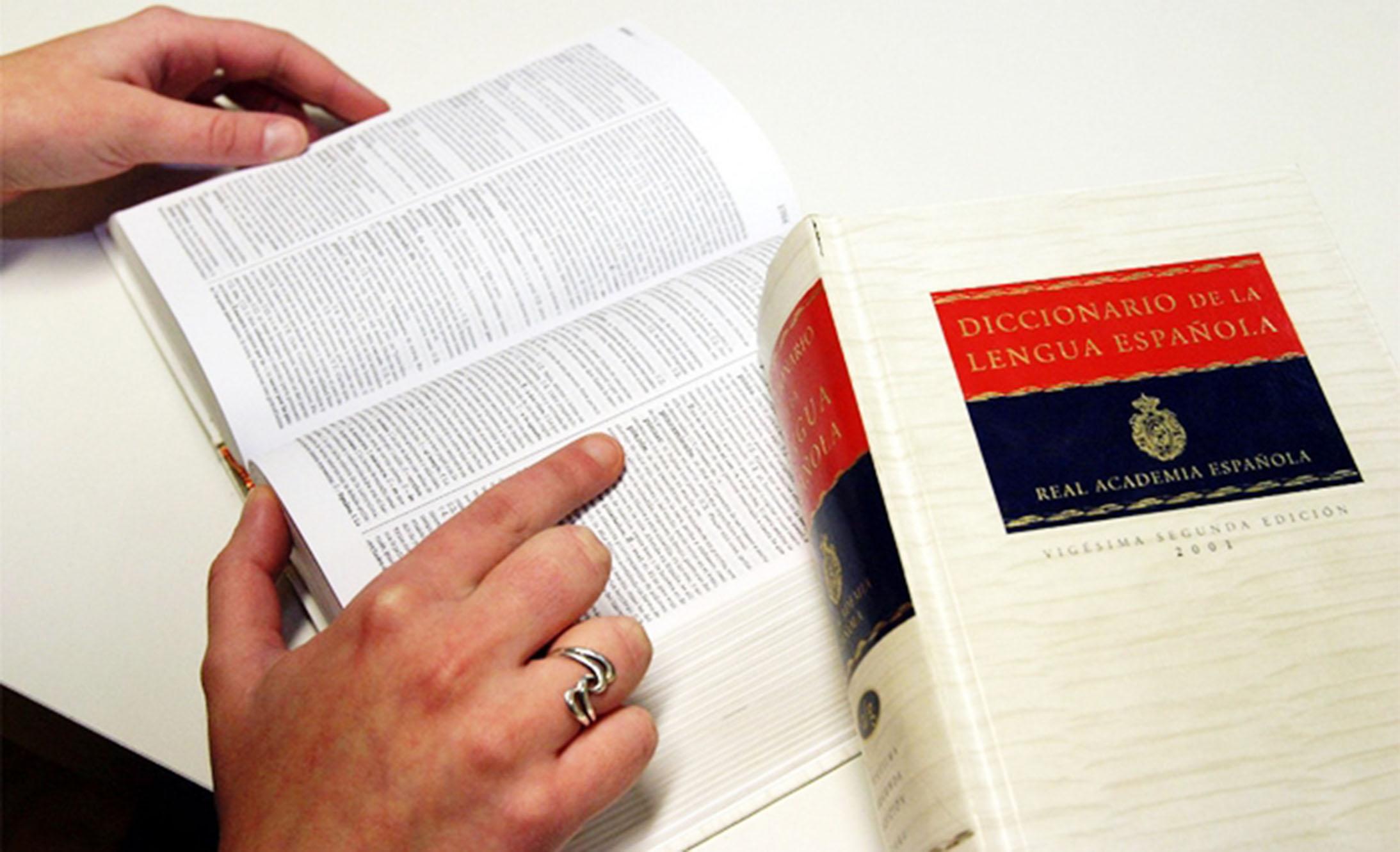 Persona consultando el significado de una palabra, en la Real Academia de la Lengua Española (RAE)