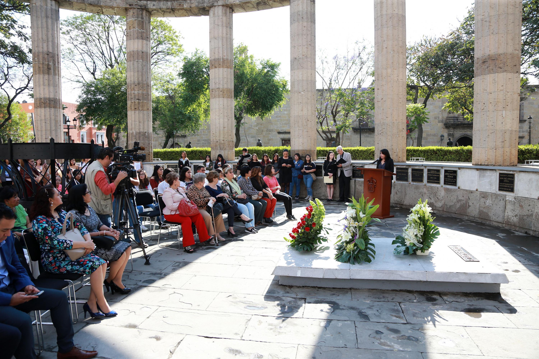 Autoridades universitarias y estudiantes, participando en la Conmemoración del natalicio de Irene Robledo García (1890-1988), educadora y humanista jalisciense, reconocida en la Rotonda de los Jaliscienses Ilustres