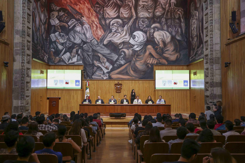 Miembros del presídium participando en la clausura de CANNAFEST 2019. Gira Universitaria, en el Paraninfo Enrique Díaz de León
