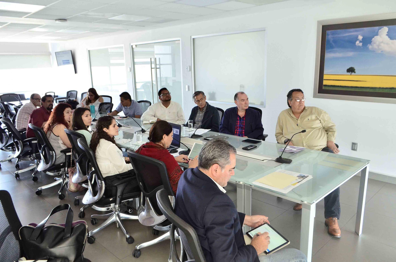Autoridades representantes del gobierno estatal y la Universidad de Guadalajara, participando en mesa de trabajo