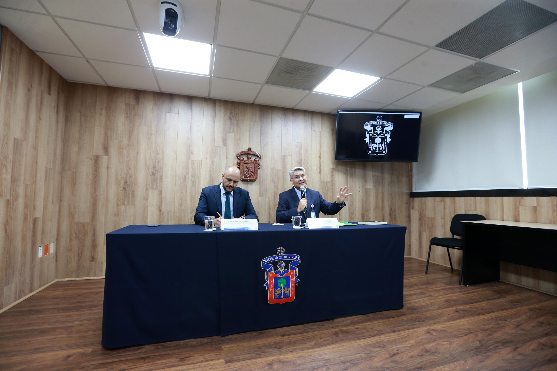 Representantes de la Universidad de Guadalajara y del Hospital Civil Fray Antonio Alcalde, impartiendo rueda de prensa