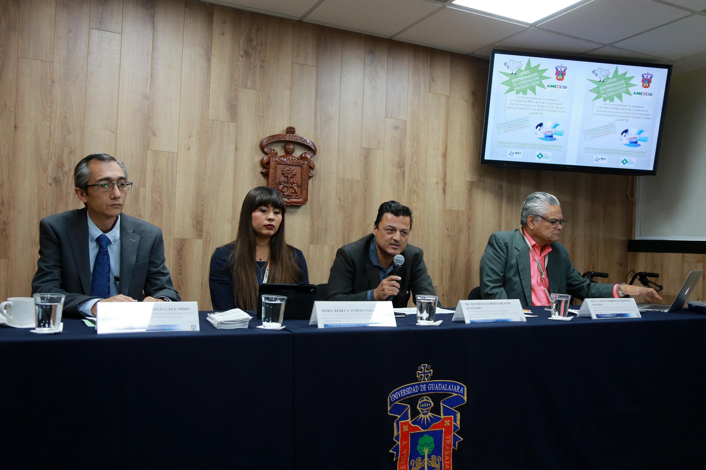 Investigadores del Centro Universitario de Ciencias Biológicas y Agropecuarias (CUCBA) participando en rueda de prensa