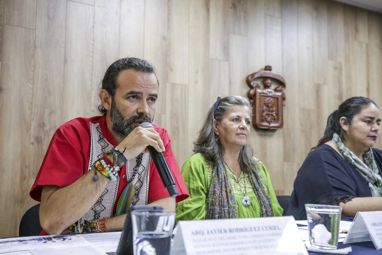 Miembro del Instituto Mexicano para el Desarrollo Comunitario, arquitecto Javier Rodríguez Curiel, frente al micrófono