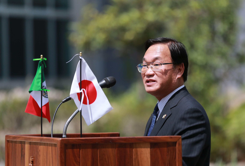El Cónsul General de Japón en León, Osamu Jokida, frente al micrófono haciendo uso de la voz