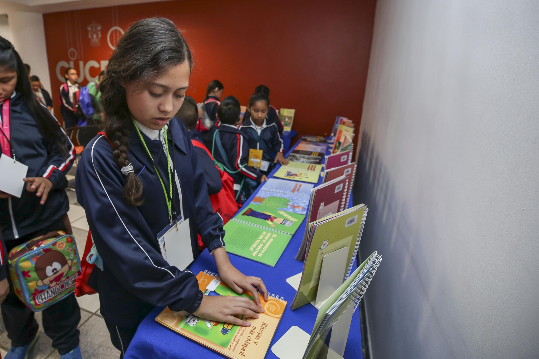 Niña con discapacidad visual, leyendo un libro en braille, en el marco del programa Ciencia para Niños