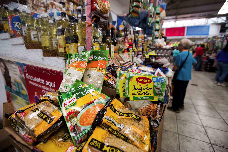 Puesto de mercado local vendiendo productos de la canasta básica