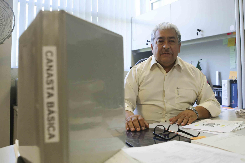 El Investigador del Departamento de Métodos Cuantitativos del Centro Universitario de Ciencias Económico Administrativas (CUCEA), doctor Héctor Luis del Toro Chávez, participando en entrevista