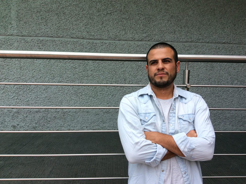 Cineasta y egresado de la licenciatura en Artes Audiovisuales del Centro Universitario de Arte, Arquitectura y Diseño (CUAAD), José Permar, ofreciendo entrevista