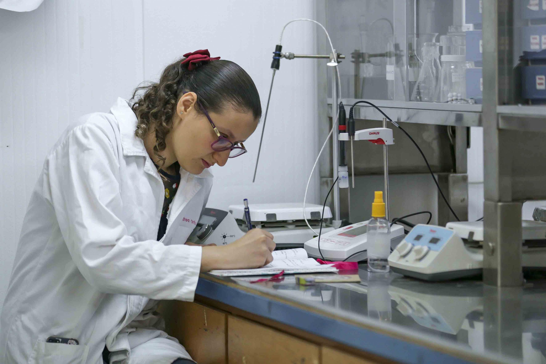 Investigadora trabajando en laboratorio del Centro Universitario de Ciencias Exactas e Ingenierías (CUCEI)