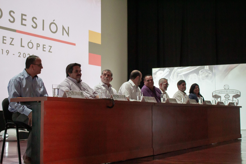 Autoridades de la Universidad de Guadalajara y del gobierno municipal, participando en la ceremonia como miembros del presídium