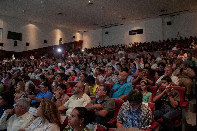 Público asistente a la ceremonia, en el auditorio del campus