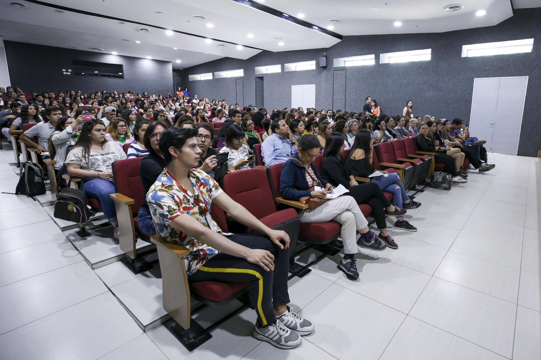 Asistentes a la mesa de diálogo, en el auditorio del Centro Universitario de Ciencias Sociales y Humanidades (CUCSH), campus Belenes
