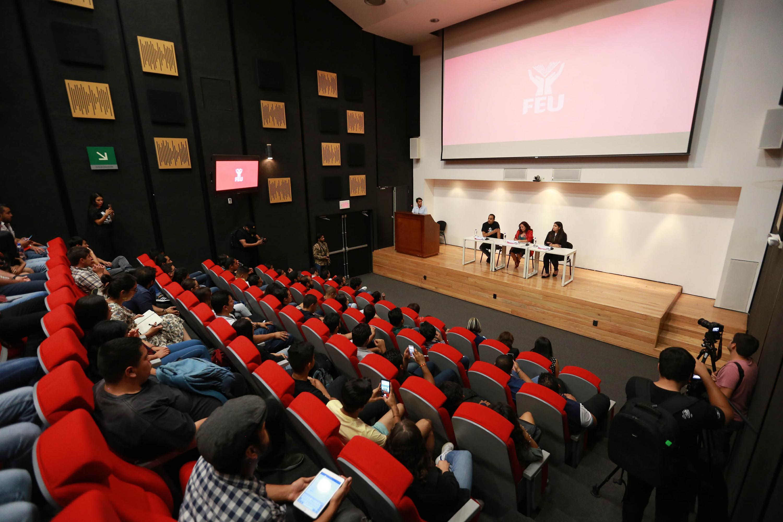 Estudiantes y periodistas de la Universidad de Guadalajara, asistentes al encuentro, en el auditorio José Cornejo Franco de la Biblioteca Pública del Estado de Jalisco, Juan José Arreola (BPEJ)