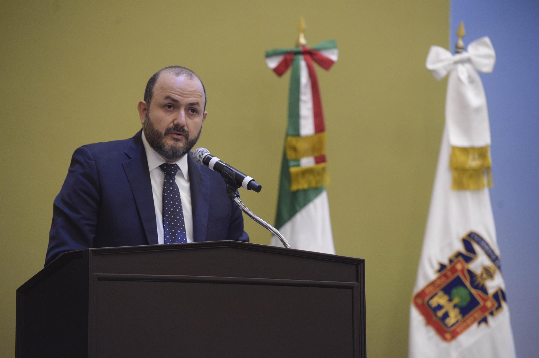 Rector General de la Universidad de Guadalajara, doctor Ricardo Villanueva Lomelí, encabezando la ceremonia