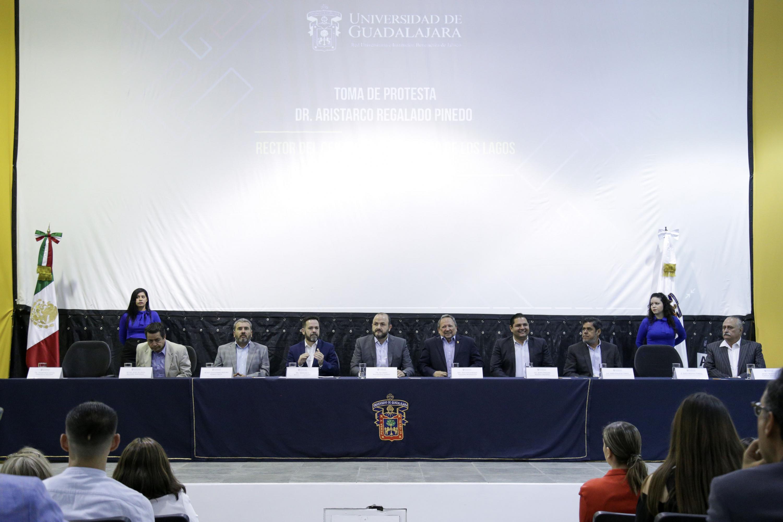 Autoridades de la Universidad de Guadalajara y municipales, encabezando la ceremonia de toma de protesta