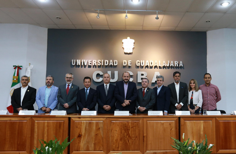 Autoridades universitarias y municipales, participando desde el presídium en la ceremonia de toma de protesta
