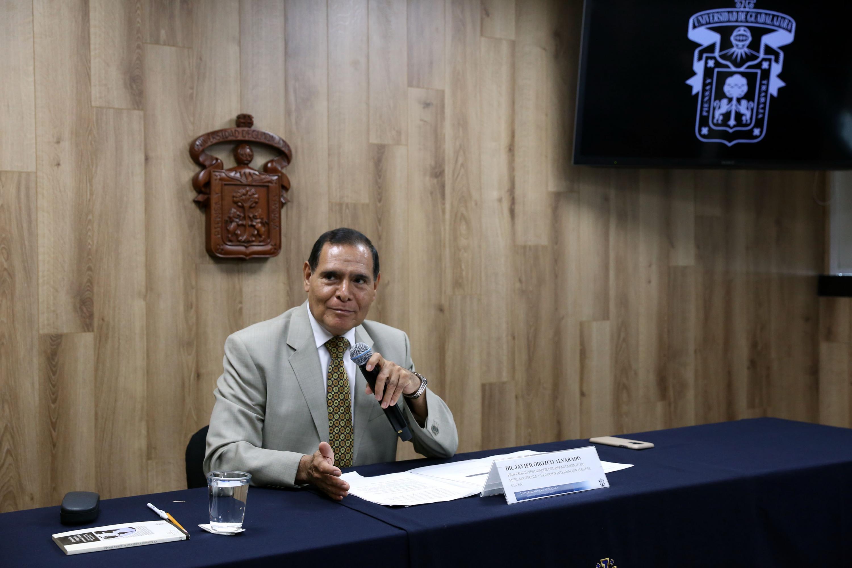 Investigador del Departamento de Mercadotecnia y Negocios Internacionales, del Centro Universitario de Ciencias Económico Administrativas (CUCEA), maestro Javier Orozco Alvarado, impartiendo rueda de prensa