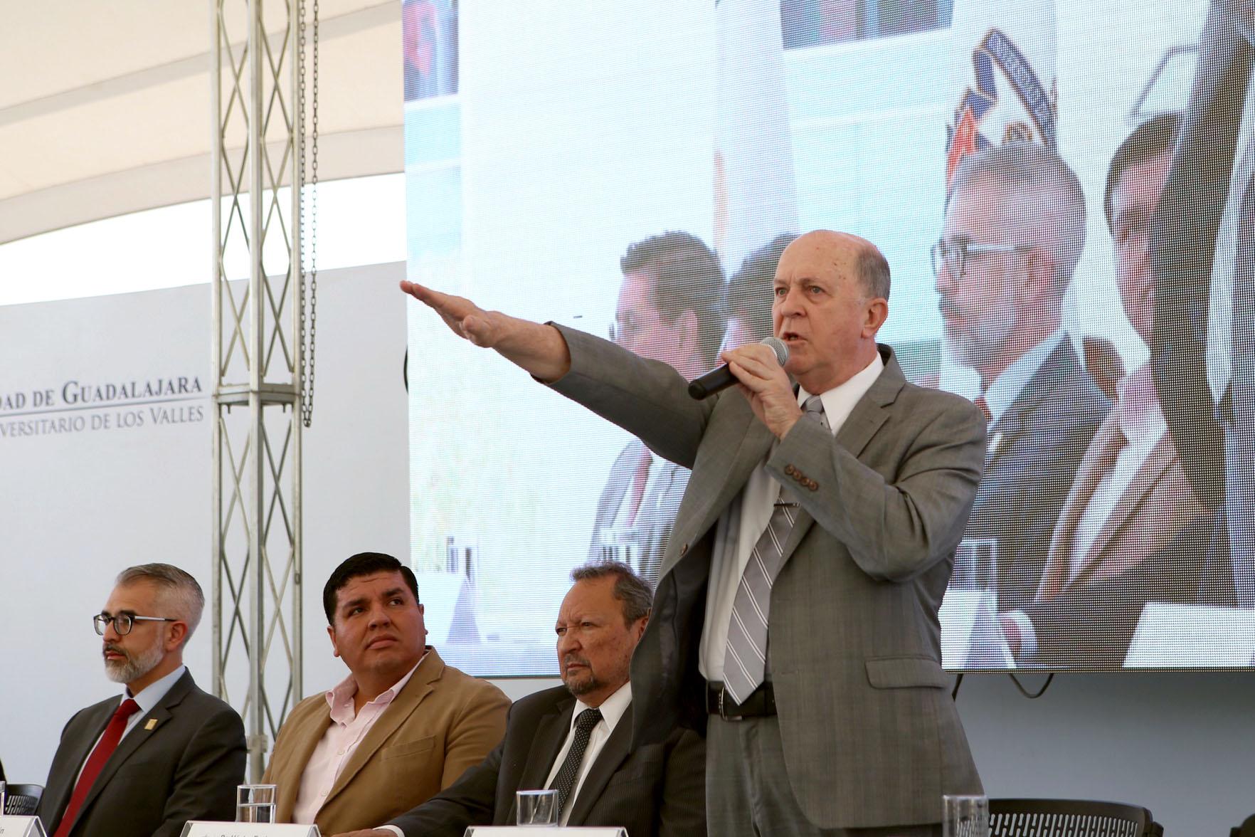 Doctor Miguel Ángel Navarro Navarro, tomando protesta como Rector del Centro Universitario de los Valles (CUValles), para el periodo 2019-2022