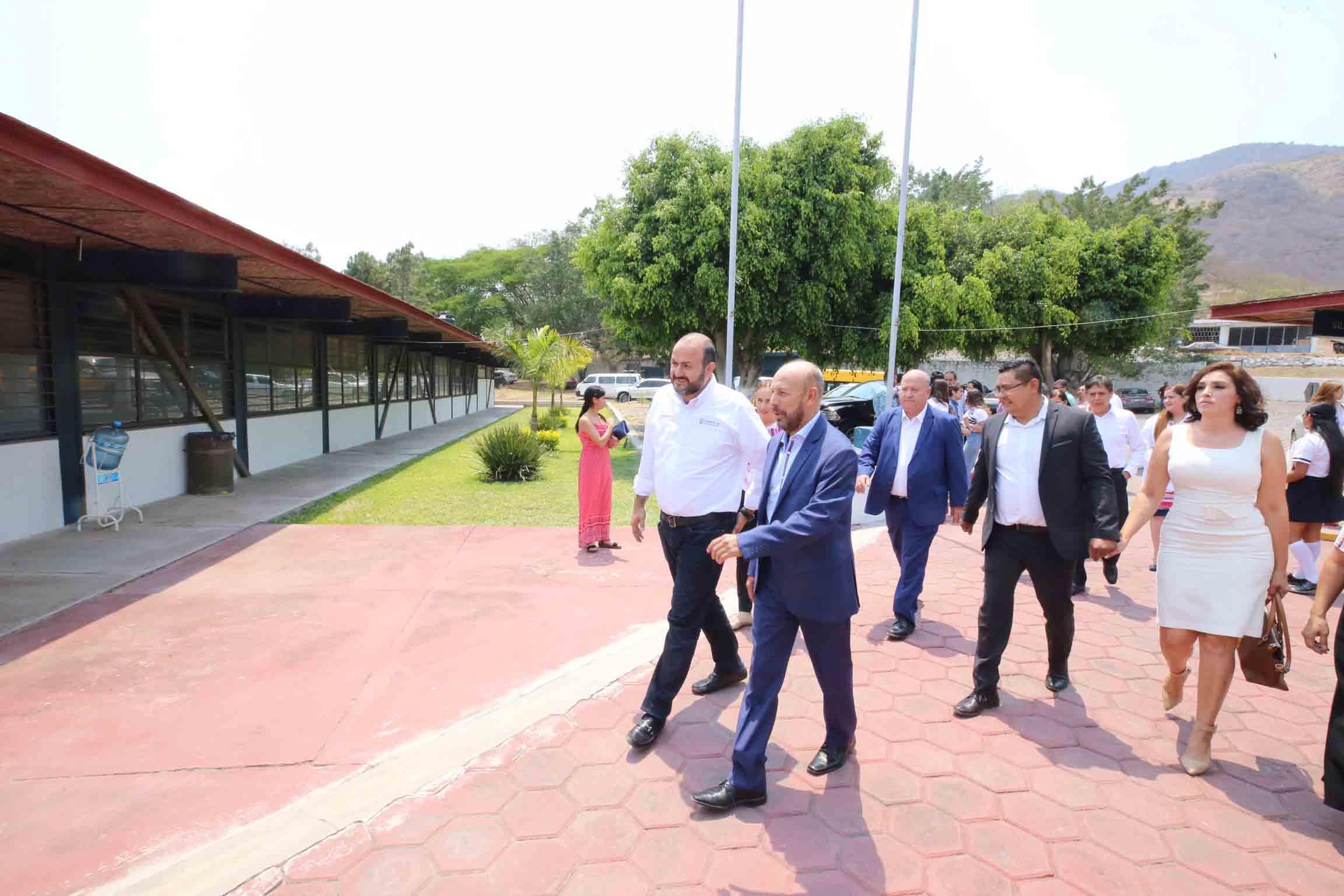 Autoridades de la Universidad de Guadalajara y del Sistema de Educación Media Superior (SEMS), realizando recorrido por las preparatorias, durante la toma de protesta