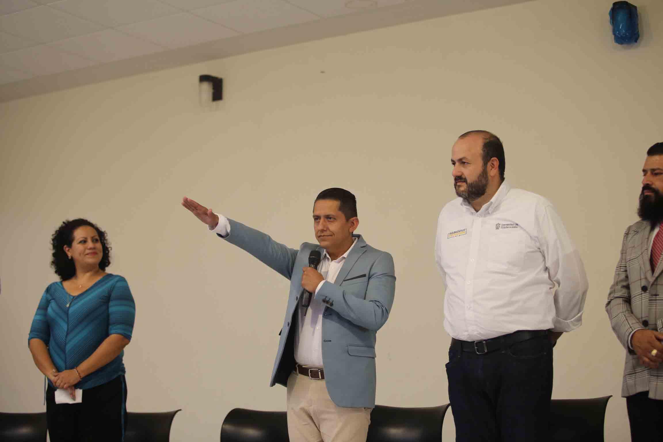 Rector General de la Universidad de Guadalajara, doctor Ricardo Villanueva Lomelí, encabezando la toma de protesta de directores de preparatorias