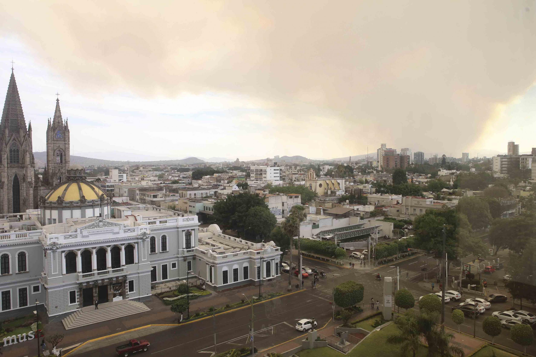 Vista panorámica de la ciudad con humo, desde el Edificio de Rectoría General de la Universidad de Guadalajara