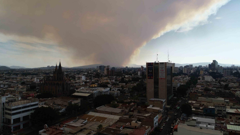 Vista panorámica de la Zona Metropolitana de Guadalajara, repleta de humo debido a los incendios forestales