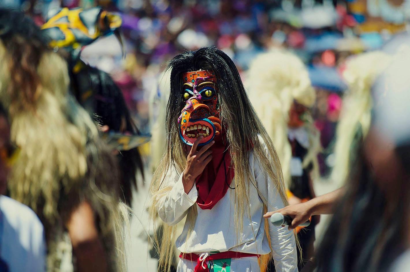 Hombre enmascarado participando en la danza de los Tastuanes, como tradición jalisciense