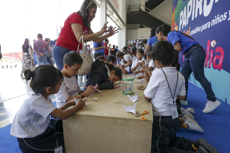 Niños participando en taller creativo, como parte de las actividades del Festival Papirolas 2019
