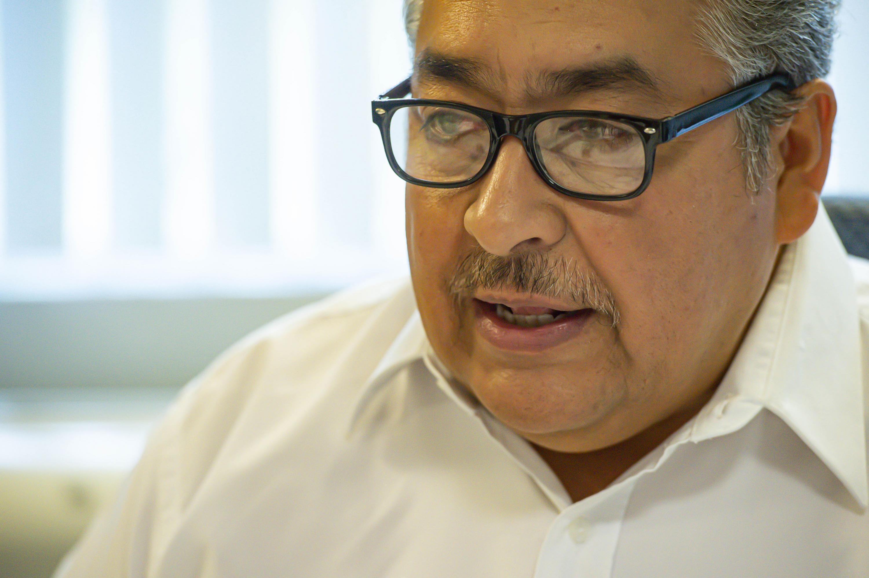 Profesor investigador del Departamento de Métodos Cuantitativos, del Centro Universitario de Ciencias Económico Administrativas (CUCEA), doctor Héctor Luis del Toro Chávez, ofreciendo entrevista