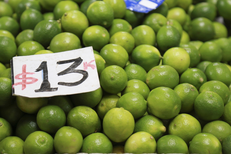 Puesto de un mercado local, ofreciendo el limón a 13 pesos el kilogramo