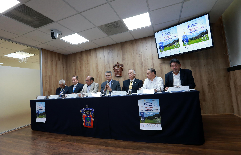 """Autoridades organizadoras del Festival de Golf """"Vivan los niños con cáncer"""", impartiendo rueda de prensa para ofrecer los pormenores del mismo"""