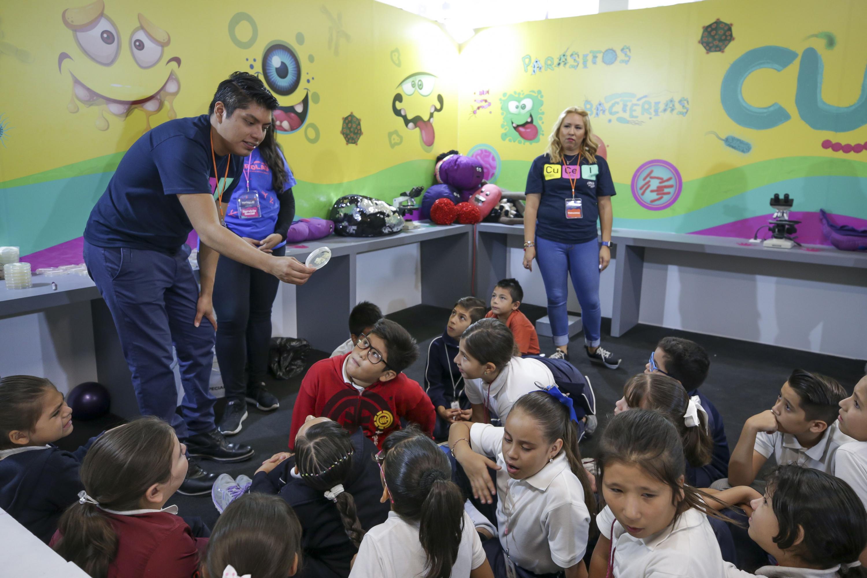 Estudiantes de nivel superior de la Universidad de Guadalajara, impartiendo talleres a un grupo de niños, en el marco de Festival Papirolas 2019