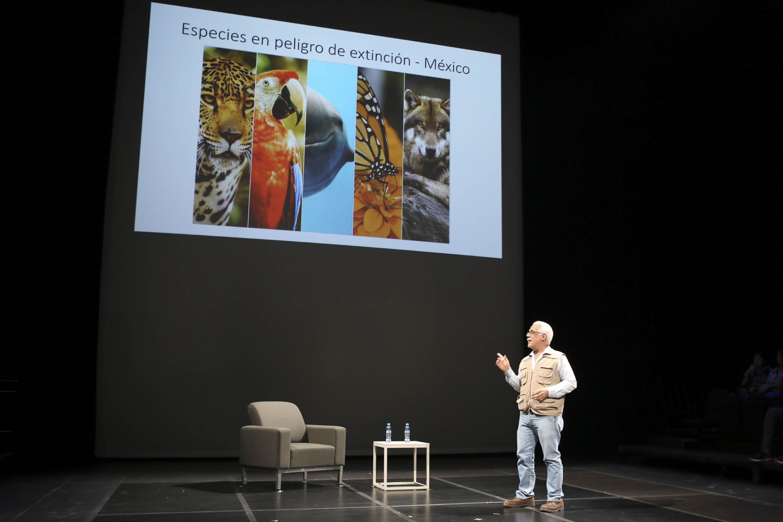 Coordinador General del Museo de Ciencias Ambientales, del Centro Cultural Universitario (CCU), doctor Eduardo Santana Castellón, presentando trabajo de investigación